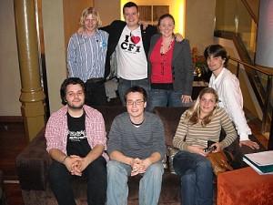 De gauche à droite:en haut: Jezz, Meilyr, Lucy Collyer (coordinatrice), Gael. en bas: Antoni, Arseni, Gudrun.