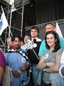 Hector Cumlaf (mapuche), Gael Briand (breton) et Eva Bidania (basque) sur l'estrade.