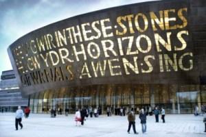 """Le Millennium center (Cardiff) imprime autant qu'il exprime la confiance de la société bilingue galloise. C'est dans ce lieu que se déroulera le """"cycle de conférences du printemps 2011""""."""