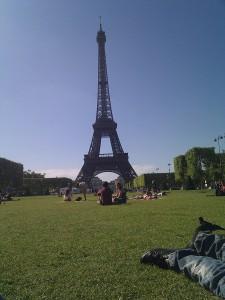 Vue_de_la_Tour_Eiffel_depuis_le_champ_de_Mars