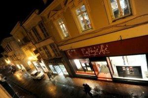 les-vitrines-de-boutiques-eclairees-la-nuit-c-est-bientot_1053366_460x306