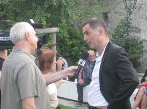 Gilles Simeoni a accueilli les congressistes à la mairie de Bastia. Ce jeune maire, du courant nationaliste opposé à la violence politique, incarne les espoirs de victoire de Femu a corsica. Cette alliance de partis nationalistes modérés, en pointe sur les questions sociales et environnementales, n'a fait que se renforcer en Corse ces dernières années.